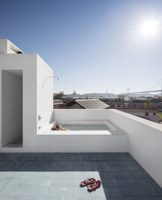 Swimming Pool Rooftop Ideas: Elegant All-White