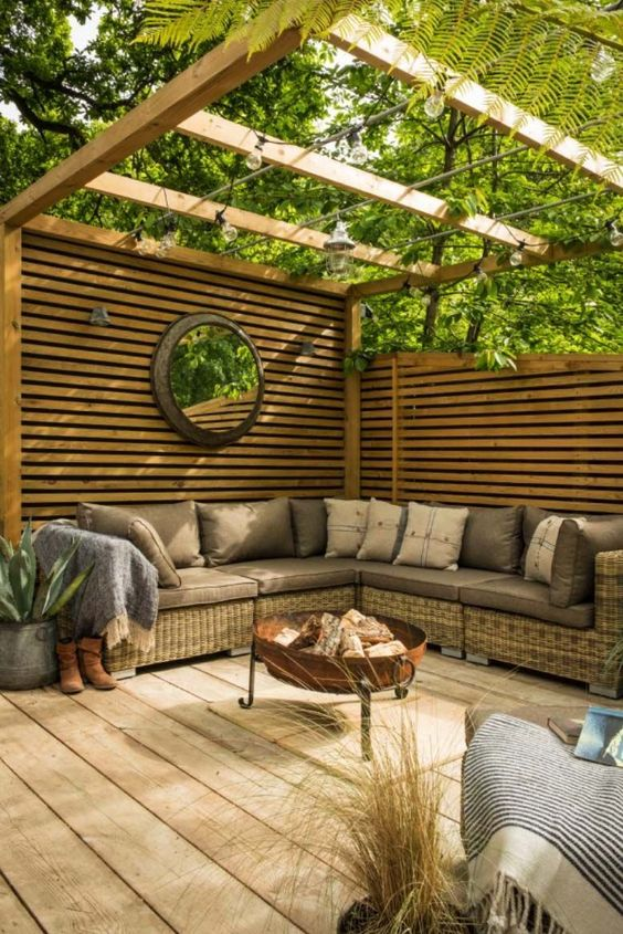 Backyard Patio Ideas: Earthy Wooden Patio