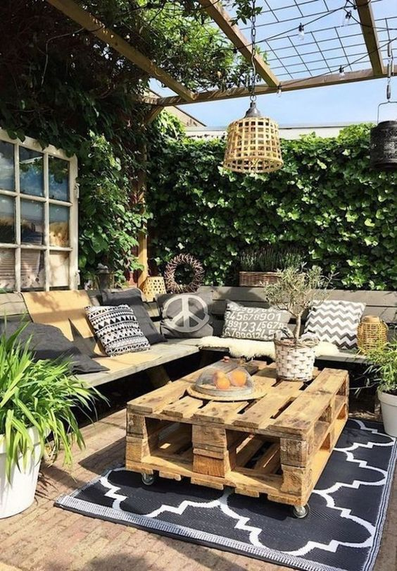 Backyard Table Ideas: Rustic Wood Pallet