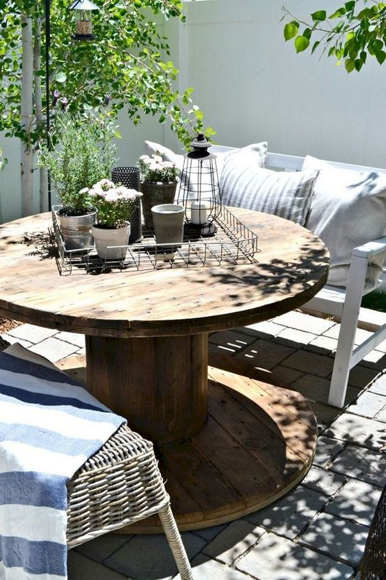 Backyard Table Ideas: Simple Round Table