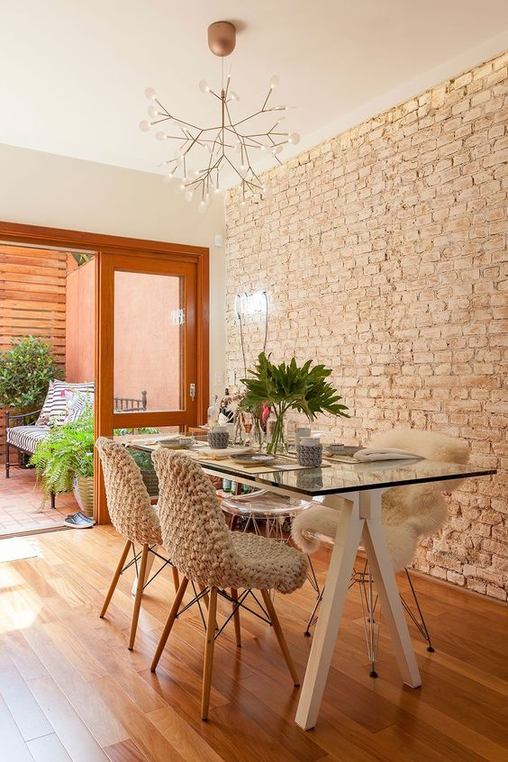 Small Dining Room Ideas: Stunning Wall Accent